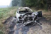 Z tmavého audi, v němž v úterý večer prchala před jihlavskými policisty zatím neznámá posádka, skončil jen vrak. Auto totiž muži zákona našli v plamenech u obce Stonařov.
