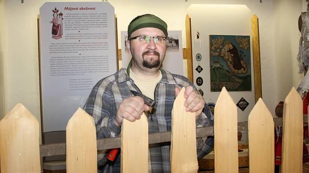 Ve čtvrtek etnograf Martin Šimša připravoval výstavu v Telči. Lidé ji mohou navštívit do 31. října 2012.