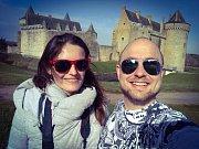 Jakub Skočdopole s přítelkyní Martinou Pokornou u Chateau de Suscinio.