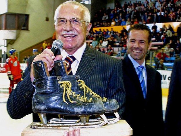 Václav Klaus neskrýval radostné překvapení z netradičního dárku.