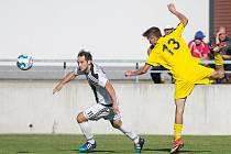 Fotbalisté Bedřichova (ve žlutém) hráli v přesile, přesto Chotěboři na svém hřišti podlehli 1:2.