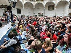 Telčský festival láká diváky nejen na zvučná jména umělců, ale také na neopakovatelné prostředí hudební scény umístěné na zámeckém nádvoří.