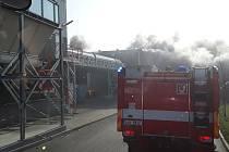 V Jihlavě hoří ve firmě, která zpracovává elektroodpad.