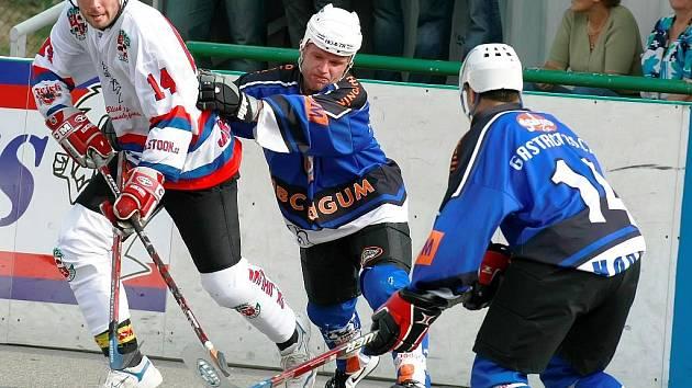 Hokejbalisté SK (v bílém Vlastimil Strnad) zakončili podzim výhrami nad Brnem a Hodonínem