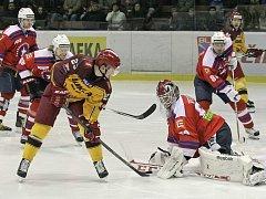Třebíčští hokejisté (v červeném v prvním domácím duelu s Jihlavou) mají před dnešním derby s Duklou povinnost vyhrát. Jakákoliv bodová ztráta by jim zřejmě už definitivně vzala myšlenky na postup do předkola play-off.