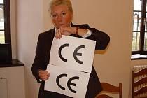 Poznáte rozdíl? Europoslankyně Zuzana Roithová ukazuje podobnost znaku China Export (dolní) a znaku CE, který ručí za dodržení evropských bezpečnostních norem. Rozeznat je vyžaduje značnou zkušenost.Nový symbol žlutého kousátka by problém označení vyřešil