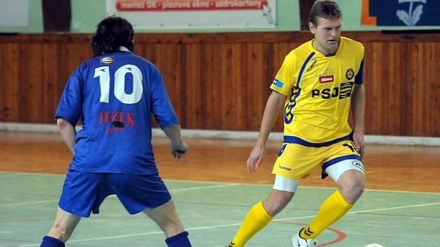 V dresu Jihlavy se na turnaji Gaseco cup představil i někdejší střelec FC Vysočina a současný kouč a kapitán Polné Tomáš Kaplan (vpravo bráněný bývalým spoluhráčem Ivo Konířem).