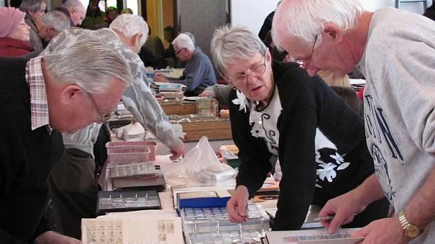 Sběratelé známek, mincí, pohlednic se sešli se svými kolegy, aby si vyměnili chybějící exponáty do sbírek, či tyto sbírky rozšířili. Diskuze byly živé.