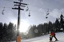 V pátek zahájili sezonu ve Ski Snow Parku na Harusově kopci u Nového Města na Moravě, který je jako jediný vkraji vybaven sedačkovou lanovkou.