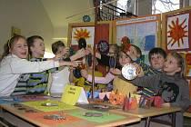 Prvňáčci a druháčci ze základní školy Křížová se včera chlubili budoucím školákům se svými výrobky. Na těch pracovali ve školní družině. Včera se totiž na škole konal den otevřených dveří.