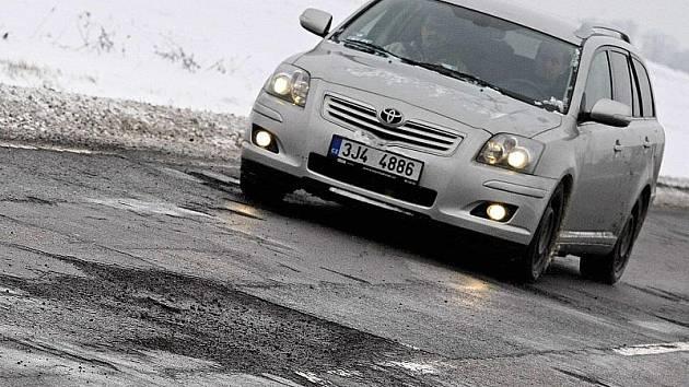 Některé silniční úseky jsou na Vysočině v téměř katastrofálním stavu. Své auto si mohou poničit řidiči například při cestě z Jihlavy na Třebíč, z Humpolce na Havlíčkův Brod, u Pocoucova a na silnici Zašovice - Okříšky.
