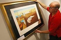 Součástí výstavy Salvadora Dalího v jihlavské galerii je kromě cyklu Božská komedie například i obraz s názvem Stálost paměti.