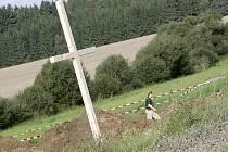 Neznámí lidé umístili k louce na Budínce velký dřevěný kříž. Podle zdrojů Deníku přijela dvě osobní auta s českými poznávacími značkami a z nich vystoupili přibližně čtyřicetiletí muži.
