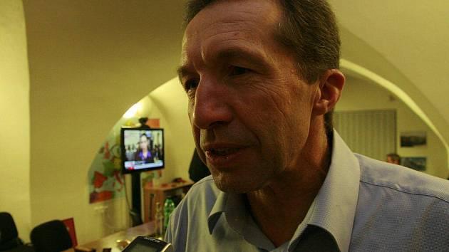 Jaroslav Vymazal (ODS) k volebnímu vítězství v Jihlavě nepřivedl a v sobotu večer neměl mnoho důvodů k oslavám, přesto zůstává hlavním hráčem v započatých povolebních vyjednáváních.