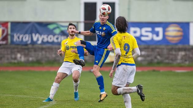Fotbalisté juniorky FC Vysočina Jihlava (v modrém) inkasovali od rezervy Slovácka málo vídaných osm branek.