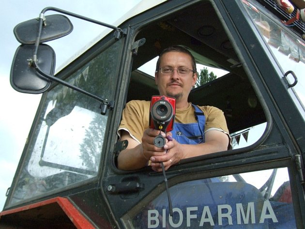 Josef Sklenář se svým týmem testuje v těchto dnech na farmě Sasov švédskou termokameru.