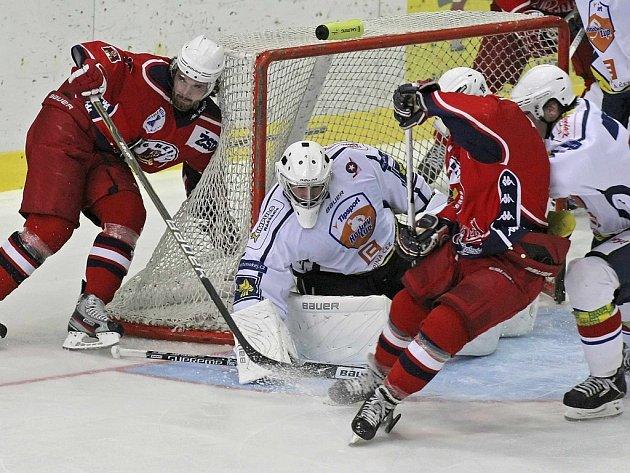 Loni dokázali hokejisté Havlíčkova Brodu (v červeném) vyhrát přátelské utkání v Třebíči 3:2. Dokážou podobný výsledek zopakovat i letos v rámci Regionálního poháru?