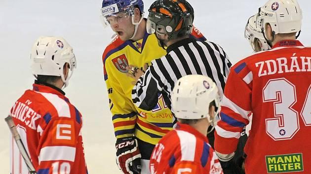 V souboji o druhé místo byl k vidění vyrovnaný hokej, v němž však byly produktivnější České Budějovice. Ty díky dvěma brankám Tomáše Nouzy odjíždějí z Třebíče se třemi body.