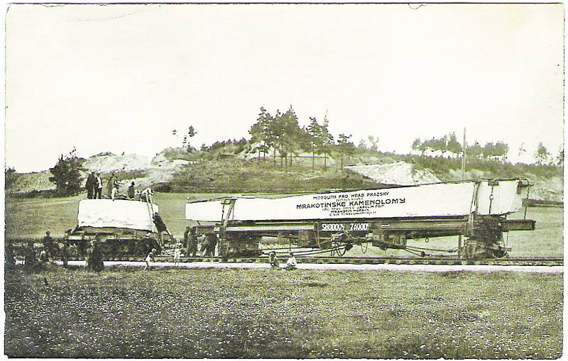 První monolit, dopravovaný společně s blokem pro kašnu na Hradčanech, se vydal na 7 km cestu z Mrákotína na telčské vlakové nádraží po provizorních kolejích, položených na silnici.