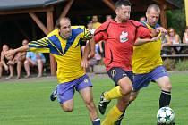Fotbalisté Batelova (v červeném) chtějí na skvělý podzim v bétřídě navázat. Trenér Kapoun svým svěřencům věří.