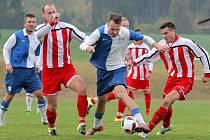 Fotbalisté Staré Říše (v pruhovaných dresech) a Slavoje Polná (v modrobílých dresech) vstoupili do nového divizního ročníku tříbodově.