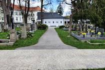 Rekonstrukce dvou chodníků na humpoleckém hřbitově potrvá až do konce června.