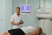 Vyšetření může trvat až hodinu, odhalí ale více než klasický rentgen nebo ultrazvuk.