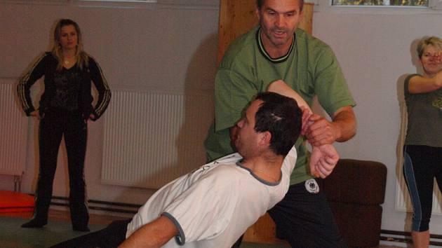 V listopadu kurz sebeobrany absolvovalo třicet zaměstnanců jihlavské nemocnice. Polovina z nich se setkala se slovním napadením, každý čtvrtý i s fyzickým útokem.
