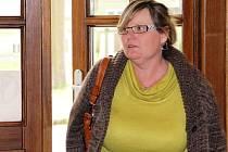 Drahomíra Sedmíková přichází k jihlavskému soudu. Za podvod a krádež jí hrozí až osm let vězení.