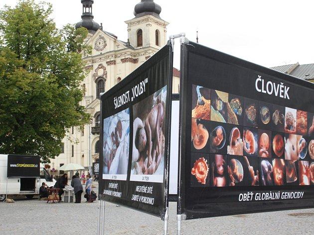 Šokující obrazy na jihlavském Masarykově náměstí včera zastavovaly překvapené kolemjdoucí.