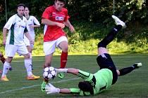Fotbalisté Třeště (v červeném) měli na to, aby doma Pacov porazili, i proto byl trenér Cvach s remízou 2:2 nespokojený.