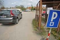 Placený parking. Na novou možnost parkování v Hradecké ulici upozorňují i cedule. Mají přibýt další.