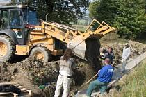 Téměř před rokem museli dělníci na Kolíblu opravit nepovedené žlaby. Letos se na silnici objeví znovu.
