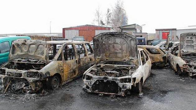 Pouhá torza za sebou zanechal ničivý požár, který se v úterý nad ránem rozhořel v Jaroměřicích nad Rokytnou na jihu Třebíčska. V areálu bývalého ČSAD řádil oheň, který tam způsobila technická závada na elektroinstalaci. Požár se celkově podepsal na 18 aut