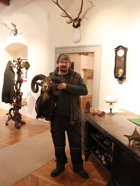 Trofeje. Součástí prohlídky hradu Roštejn jsou i lovecké zbraně a trofeje.
