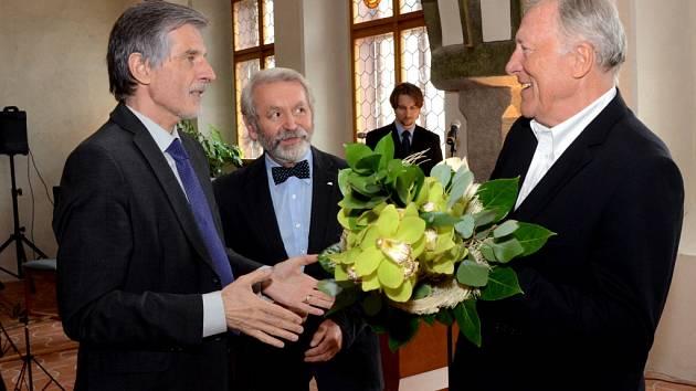 Předávání. Slovenský velvyslanec Peter Weiss předává Jiřímu Holíkovovi (vlevo) Cenu města Jihlavy.