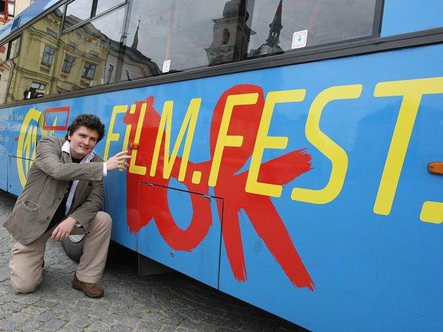Do ulic krajského města vyjel modrý trolejbus Mezinárodního festivalu dokumentárních filmů Jihlava 2008. Je hlavním lákadlem festivalu. Lidé ho potkají na všech trolejbusových linkách ve městě.