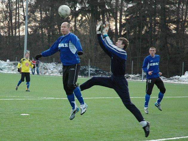V utkání Žďáru s Přibyslaví (přibyslavský gólman Tomáš Hajný v souboji s Martinem Horákem) se střelci na obou stranách činili. Celkem skórovali sedmkrát, Žďár vyhrál díky penaltě v poslední minutě 4:3.