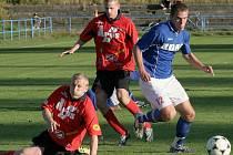 Fotbalisté Žďáru (v modrém útočník Josef Bojda) v této sezoně v divizi ještě neprohráli. Naposledy si odvezli body z Židenic.