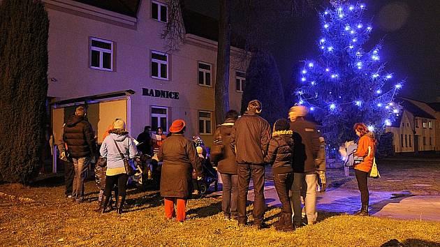 U rozsvíceného vánočního stromku před radnicí v Batelově (na snímku) se sešly čtyři desítky lidí a podobně to ve středu v podvečer vypadalo i v Bezděčíně.