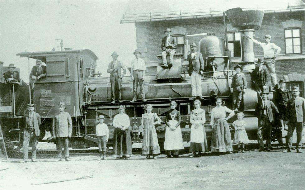 Parní mašiny byly pro zaměstnance dráhy i jejich rodiny divem techniky. Společnost se fotí před novou budovou jihlavského městského nádraží.
