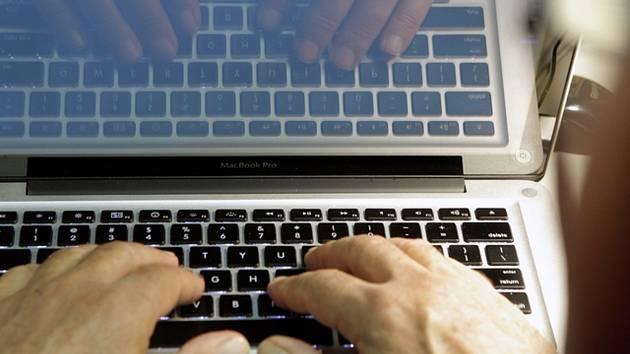 Být ve škole on-line jde i při sbírání kamene na poli