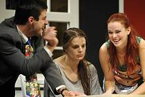 Svátky jako ze zlého snu prožívají tři manželské páry v Ayckbournově komedii Veselé Vánoce. Tu nyní hraje Horácké divadlo. Na snímku Lukáš Matěj v roli Sidneyho, Lenka Schreiberová coby Eva a Tereza Otavová jako Jana (vpravo).