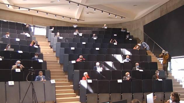Jihlavští zastupitelé uvítali, že kolem sebe měli dostatek místa.