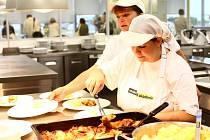 Soutěžní boj. V loňském roce uspěl tým kuchařů ze školní jídelny ve Velkém Beranově s pečeným králíkem.