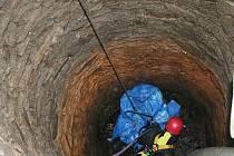 Osm let bylo tělo zavražděného muže ukryto ve studni na pozemku rodinného domu v Pacově. V uterý ho vyzdvihli policisté, hasiči a policejní potápěči poté, co se podařilo vodu ze studně odčerpat.