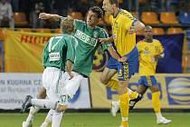 Jihlavský obránce Michal Kadlec (ve žlutém) vstřelil v pátečním duelu proti Karviné už svůj třetí gól sezony. I díky němu zůstává FC Vysočina bez porážky mezi druholigovou elitou.