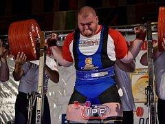 Orlando ho bavilo. Jihlavský silový trojbojař David Lupač v zámoří ukázal, že i malá Česká republika má skvělé reprezentanty v tomto sportu. V dřepu (snímek vlevo) zvedl 435 kg, což mu přineslo i malou bronzovou medaili z této disciplíny.