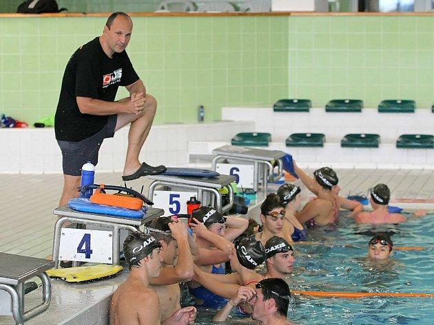 Dvojí role. Petr Ryška dělí od loňského září svůj čas na dva díly: na ten trenérský v jihlavském bazénu a funkcionářský, což znamená práci po večerech i spoustu naježděných kilometrů.