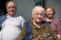 Uprostřed snímku Kristýna Wastlová, která 3.6.2009 oslaví sto let. Napravo její dcera Anna Nováková s manželem (vlevo).